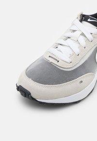 Nike Sportswear - WAFFLE ONE UNISEX - Sneakers laag - summit white/white/black/orange - 5