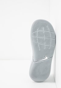 Nike Performance - TIEMPO JR LEGEND 8 CLUB IC UNISEX - Indoor football boots - white/chrome/pure platinum/wolf grey - 5