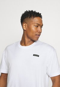 Good For Nothing - ESSENTIAL WITH RUBBER BADGE - T-shirt basic - white - 3