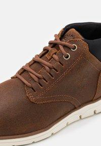 Timberland - BRADSTREET GHILLIE CHUKKA - Šněrovací kotníkové boty - rust - 5