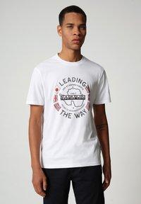 Napapijri - SALYA - T-shirt med print - bright white - 0
