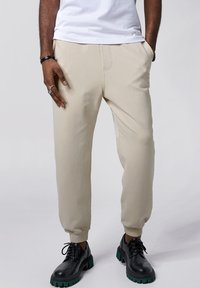 Tigha - COSMO - Tracksuit bottoms - vintage sand - 0