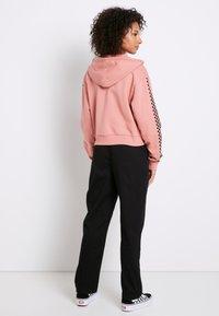 Vans - FUNNIER TIMES  - Zip-up hoodie - rose dawn - 2