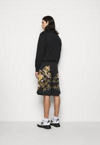 Versace Jeans Couture - HEAVY PANEL TUILLEREIS - Kraťasy - black - 2