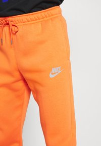 Nike Sportswear - PANT - Pantalon de survêtement - electro orange/(reflective) - 4