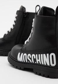 MOSCHINO - Šněrovací kotníkové boty - black/white - 5