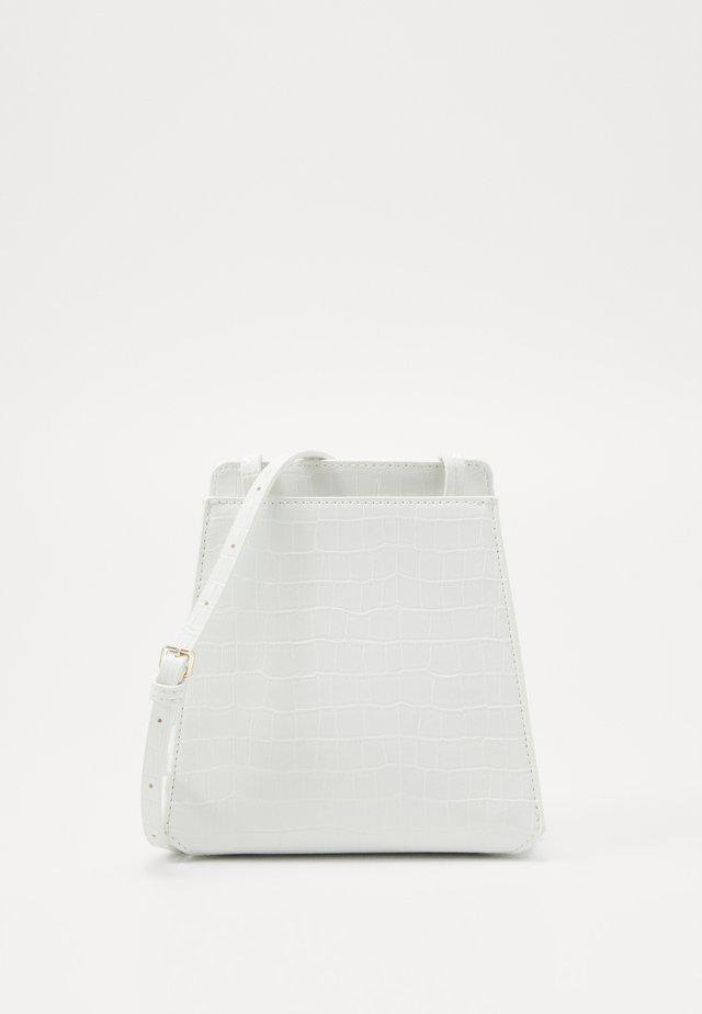 PEYTON - Taška spříčným popruhem - white