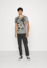 Key Largo - INDICATE ROUND - T-shirt con stampa - anthracite - 1
