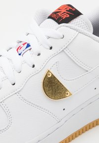 Nike Sportswear - AIR FORCE 1 '07 LV8 UNISEX - Trainers - white/bright crimson/black/university red/rush blue - 7