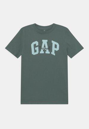 BOY LOGO - Print T-shirt - district green