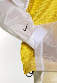 Nike Sportswear - W NSW TCH PCK - Cortaviento - dark citron/white/black - 4
