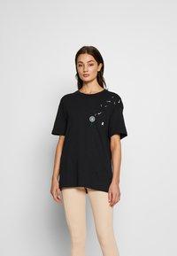 Nike Sportswear - TEE NOVEL - T-shirts med print - black/white - 0