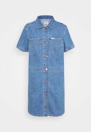 CHORE DRESS - Robe en jean - sundaze