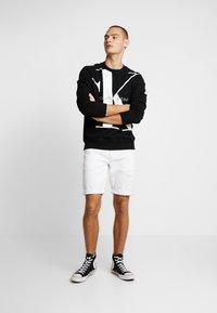 Calvin Klein Jeans - REGULAR SHORT - Jeansshort - white denim - 1