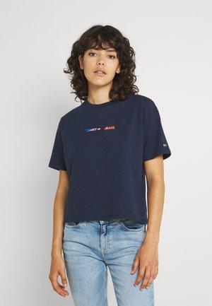 CROP MULTI LINEAR TEE - T-shirt con stampa - twilight navy