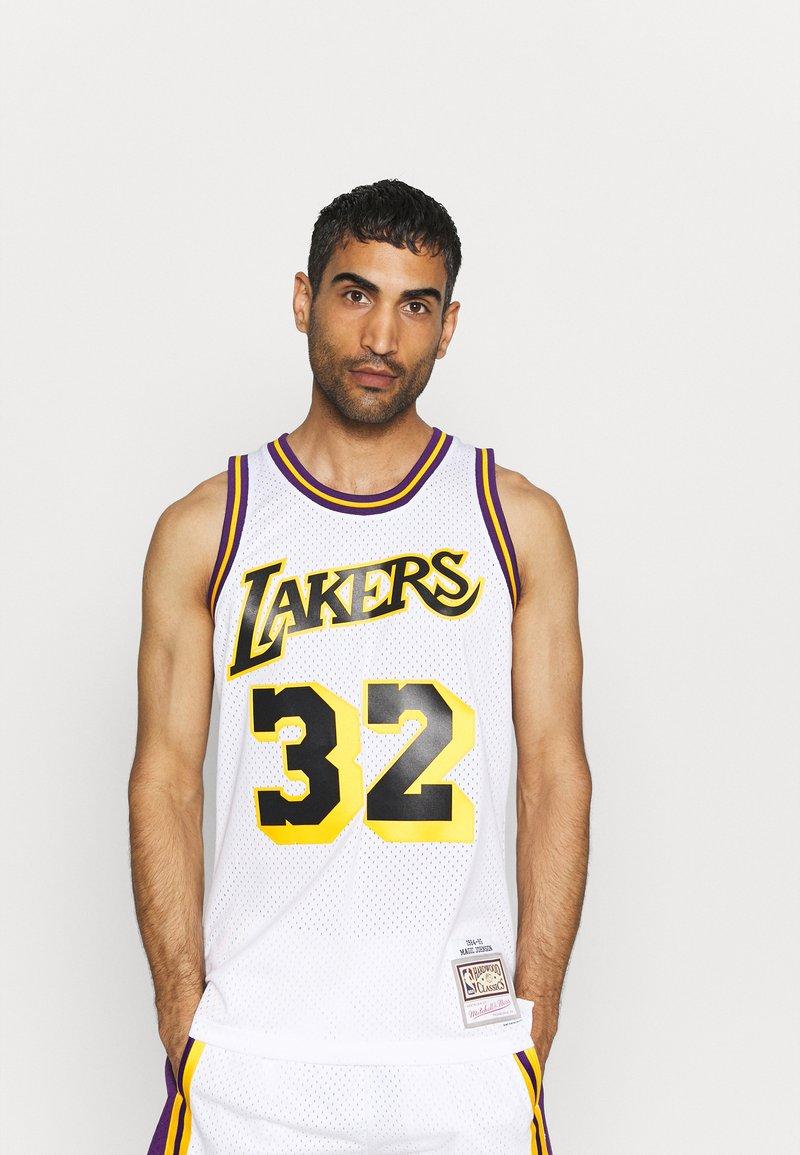 Mitchell & Ness - NBA LOS ANGELES LAKERS RELOAD SWINGMAN MAGIC JOHNSON - Club wear - white