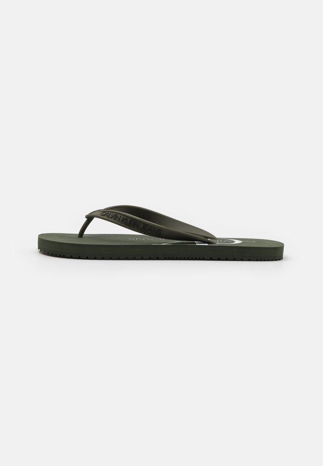 BEACH MONOGRAM  - Sandály s odděleným palcem - dark olive