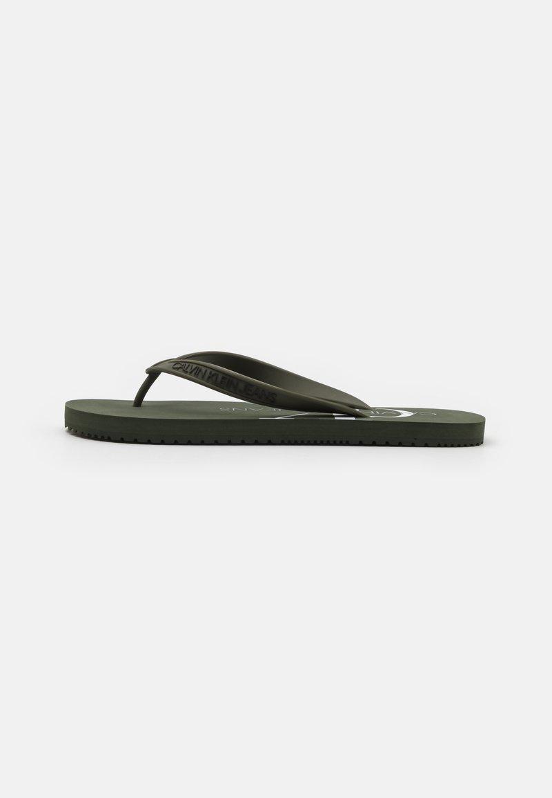 Calvin Klein Jeans - BEACH MONOGRAM  - Sandály s odděleným palcem - dark olive