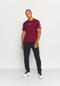 Champion - CREWNECK  - Print T-shirt - dark red - 1