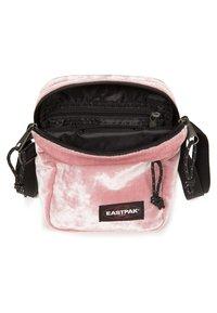 Eastpak - PINK CRUSHED - Axelremsväska - pink crushed - 2