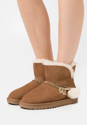 CLASSIC CHARM MINI - Bottines - chestnut