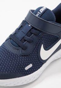 Nike Performance - REVOLUTION 5 UNISEX - Neutrální běžecké boty - midnight navy/white/black - 2