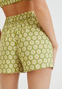 PULL&BEAR - MIT MARGERITEN - Shorts - green - 4