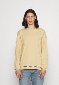 adidas Originals - LINEAR REPEAT ORIGINALS LONG SLEEVE - Long sleeved top - hazy beige - 0
