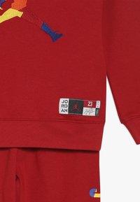 Jordan - CREW JOGGER SET - Tracksuit - gym red - 4