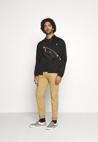 Tommy Jeans - SCANTON PANT - Chino - classic khaki - 1