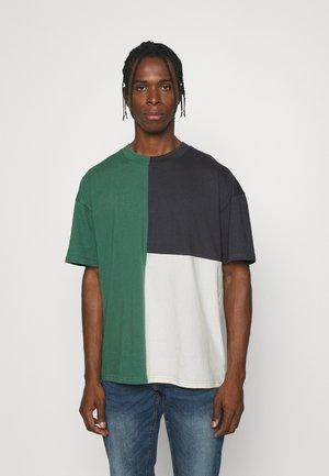 Camiseta estampada - navy/pine/cream
