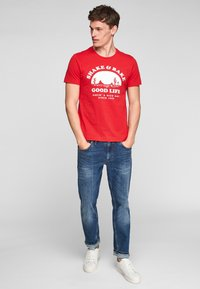 s.Oliver - MIT SCHRIFTPRINT - Print T-shirt - red good life print - 0