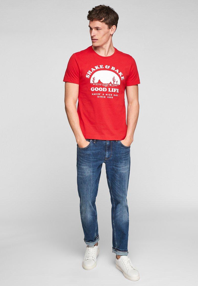 s.Oliver - MIT SCHRIFTPRINT - Print T-shirt - red good life print
