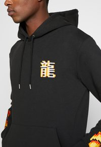 Bricktown - DRAGON SIGN SMALL - Hoodie - black - 4