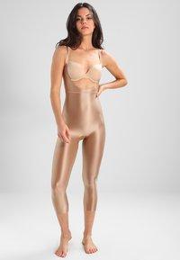 Spanx - SUIT YOUR FANCY OPEN BUST CATSUIT - Body - beige - 1