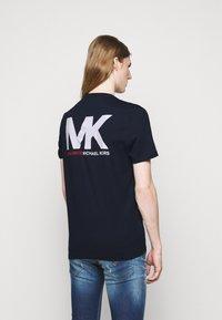 Michael Kors - SPORT LOGO TEE - Print T-shirt - dark midnight - 2