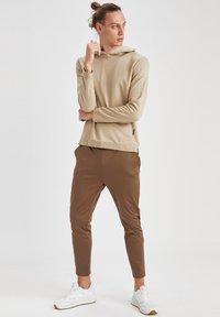 DeFacto Fit - SLIM FIT  - Pantaloni sportivi - khaki - 1