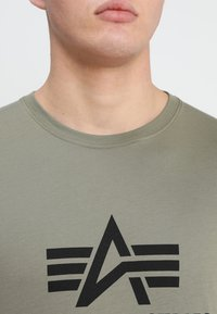 Alpha Industries - BASIC - Camiseta estampada - olive - 4