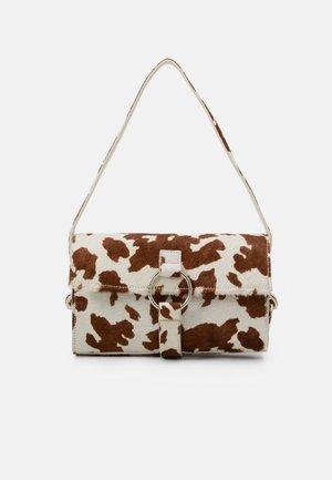 THE SHOULDER BAG - Käsilaukku - brown