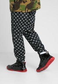 Jordan - MARS 270 - Korkeavartiset tennarit - black/anthracite/gym red - 0