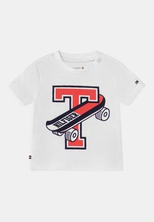 BABY SKATEBOARD UNISEX - T-shirt z nadrukiem - white