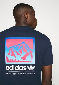 adidas Originals - SPORTS INSPIRED SHORT SLEEVE TEE - T-shirt con stampa - collegiate navy - 5