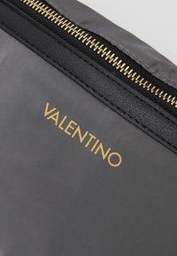 Valentino Bags - CLOONEY  - Bum bag - grigio - 3