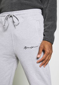 Mennace - REGULAR SIGNATURE  - Tracksuit bottoms - grey - 4