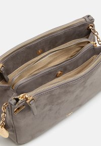 PARFOIS - CROSSBODY BAG HORTENSIA  - Umhängetasche - light grey - 2