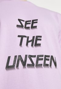 YAVI ARCHIE - SEE THE UNSEEN - Print T-shirt - lavender - 5
