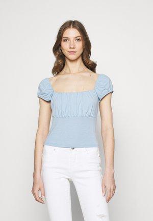 PAMELA REIF X ZALANDO RUCHED DETAIL - T-shirts med print - dusty blue