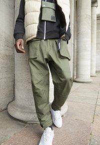 Converse - PANELED JOGGER - Cargo trousers - khaki - 2
