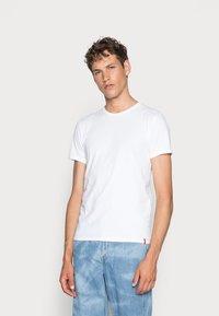 Levi's® - SLIM CREWNECK 2 PACK - Basic T-shirt - white/white - 0