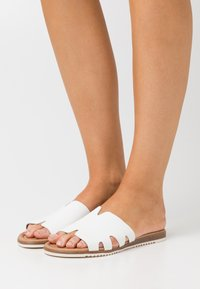 s.Oliver - SLIDES - Pantofle - white - 0